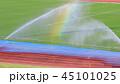 グラウンドのスプリンクラーと虹 45101025