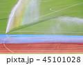 グラウンドのスプリンクラーと虹 45101028