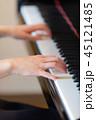 ピアノ 演奏 女性 45121485