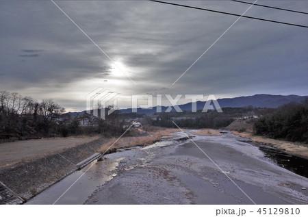 田舎の河川、曇の日 45129810