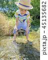 川で亀を捕まえた男の子 45135682