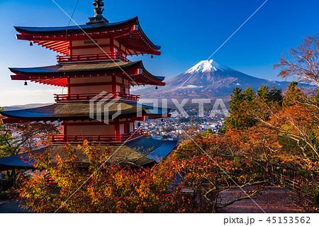《山梨県》桜紅葉した新倉山浅間公園、忠霊塔と新雪富士 45153562