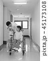 リハビリ中の小児 45173108