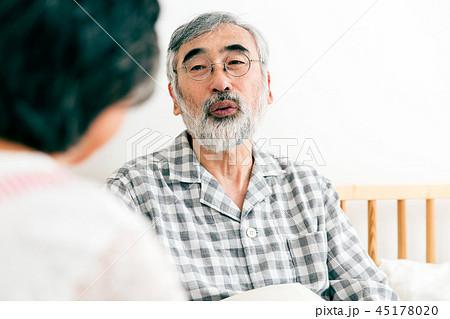 介護 看病 シニア 高齢者 45178020