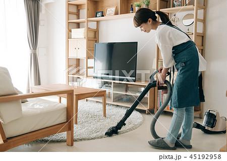 掃除機をかける30代主婦 日本人女性 45192958