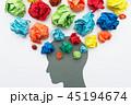 様々な感情や感覚、思考のイメージ。紙くずと人の頭のシルエット。 45194674