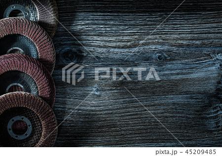 Radial abrasive discs on wooden board 45209485