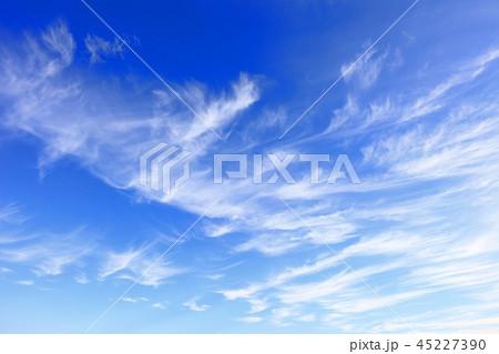 秋の雲 すじ雲 青空と白い雲 45227390