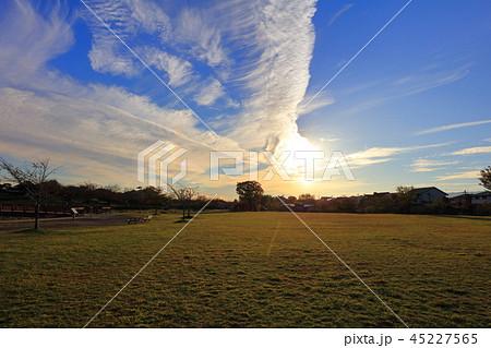 秋の雲 すじ雲 青空と白い雲 大刀洗運動公園 45227565