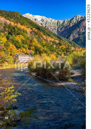 《長野県》秋の上高地・紅葉と北アルプス 45229629