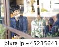 スマホ 白ワイン 人物の写真 45235643