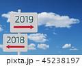 2018年から2019年に移り変わる看板と青空と白い雲 45238197