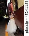 キュランダ駅構内で観光列車に乗り込もうとする花嫁さんの縦写真 45241183