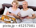 スマホ スマートフォン カップルの写真 45257081