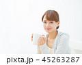 温かい飲み物を飲む女性 45263287