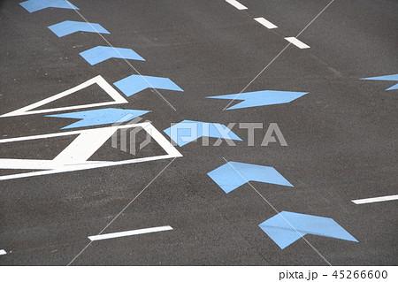路面に表示された青い矢羽根マーク「自転車ナビライン」。(神奈川県横浜市内) 45266600