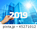 2019年を持つ男性の手と太陽とビジネス街背景 45271012