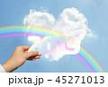 2019年を持つ男性の手と青空とハート型の雲と虹 45271013