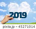 2019年を持つ男性の手と青空とハート型の雲と草原背景 45271014