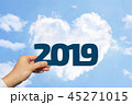 2019年を持つ男性の手と青空とハート型の雲 45271015