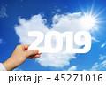 2019年を持つ男性の手と青空とハート型の雲と太陽 45271016