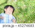 草むらに寝転ぶ子ども たんぽぽ発見 45274683