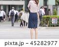 東京・通勤風景イメージ 歩道に立つビジネスウーマン 45282977