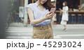 女性 ショッピング 携帯電話の写真 45293024