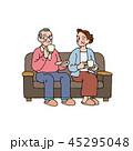 ソファでティータイムを楽しむ夫婦 45295048