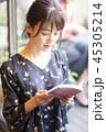 カフェで読書をする女性 45305214
