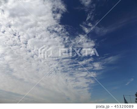 検見川の青い空に白い雲 45320089