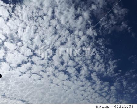 検見川の青い空に白い雲 45321003