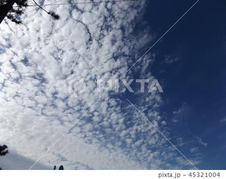 検見川の青い空に白い雲 45321004