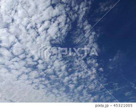 検見川の青い空に白い雲 45321005
