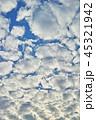 半逆光のふわふわした隙間雲 45321942