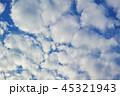 半逆光のふわふわした隙間雲 45321943