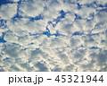 半逆光のふわふわした隙間雲 45321944
