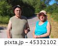 ハイキング 山歩き 老人の写真 45332102