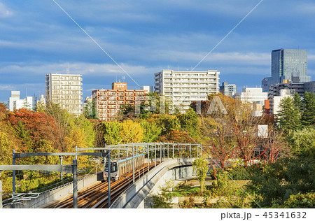 秋の仙台市地下鉄東西線高架橋と仙台市全景 45341632