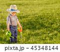 幼児 草原 芝の写真 45348144
