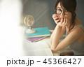 女性 大学生 本の写真 45366427
