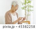 女性 シニア 携帯電話の写真 45382258