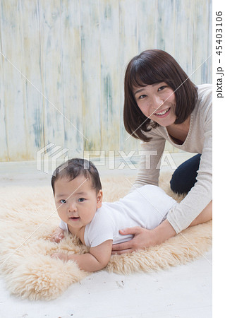 赤ちゃんをあやす女性 45403106