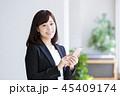 スマホ 女性 ビジネスマンの写真 45409174
