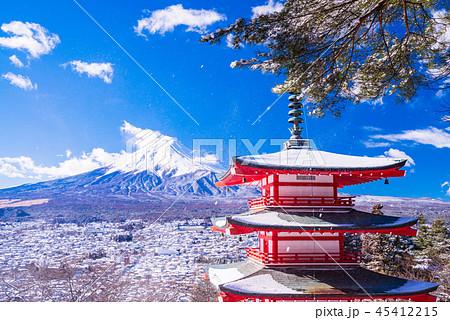 (山梨県)降雪のあった新倉山浅間公園、忠霊塔と富士山 45412215