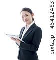 タブレットを操作する笑顔のビジネスウーマン 45412483