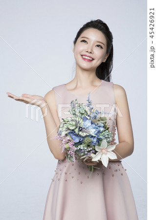 beautiful young woman announcing, shouting, speaking concept photo. attractive young woman isolated. 253 45426921