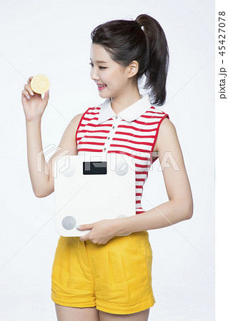 beautiful young woman announcing, shouting, speaking concept photo. attractive young woman isolated. 184 45427078