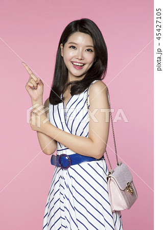 beautiful young woman announcing, shouting, speaking concept photo. attractive young woman isolated. 117 45427105