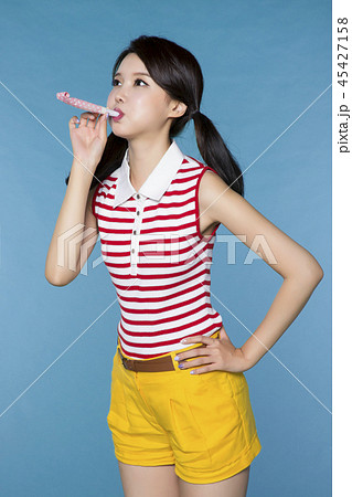 beautiful young woman announcing, shouting, speaking concept photo. attractive young woman isolated. 163 45427158